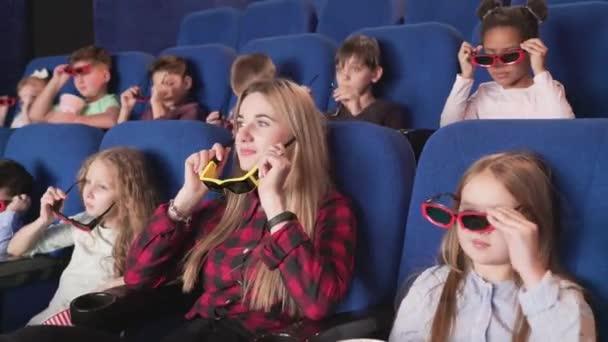Gruppe von multirassischen Kindern macht sich bereit, Zeichentrickfilme anzusehen