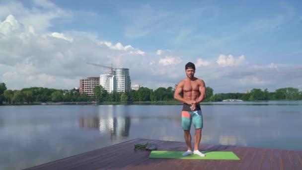 Erős sportos ember profi pózol-ra fényképezőgép szabadban történő
