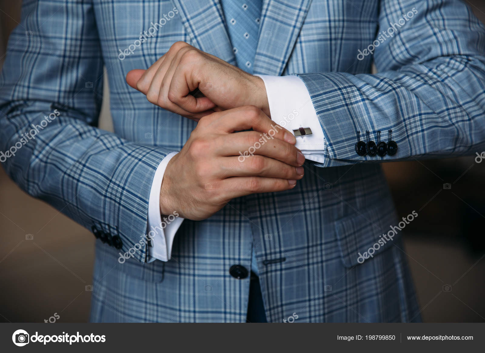 Ufficio Elegante Classico : Mani dello sposo primo piano tengono gemelli. clother signore