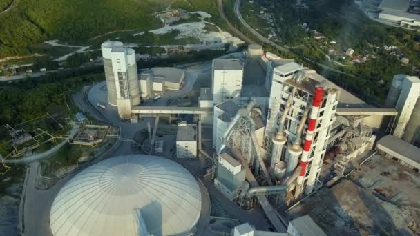 Luftaufnahme einer Zementfabrik, eines großen Industriegebäudes in den Bergen. Konzept der Zisternen, Rohre, Metallkonstruktionen, Betonproduktion. Ansicht von oben
