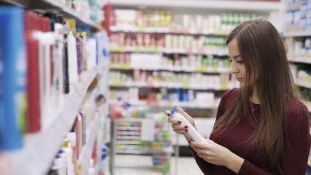 krásná žena při pohledu na kosmetiku v supermarketu.