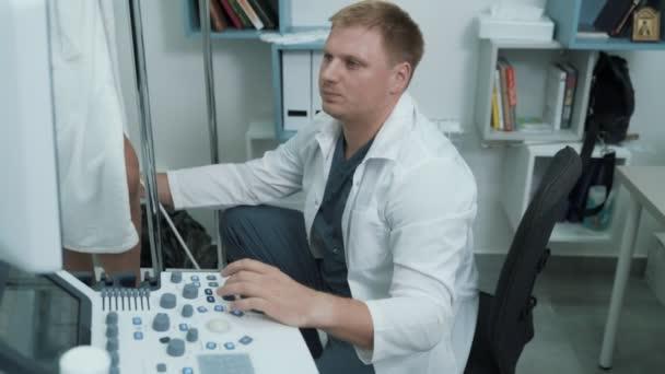 Phlebologist používá ultrazvuku diagnostikovat pacienty žíly, steadicam zastřelil