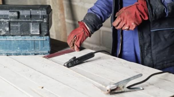 Muž svářeč detail připraví svařovací stroj pro práci.