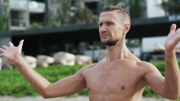 Portrét z shirtless sportovec cvičí jógu a meditace, venkovní