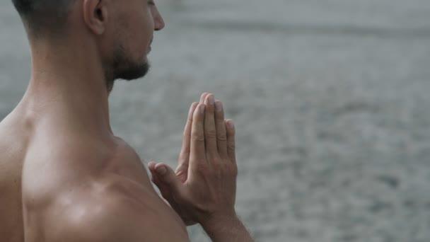 Boční pohled člověka dělá jógu zacvičit a stmelování ruce, zblízka