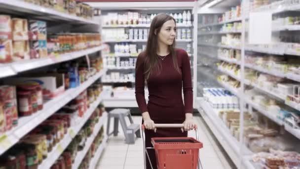 Atraktivní žena nakupování v supermarketu, steadicam zastřelil