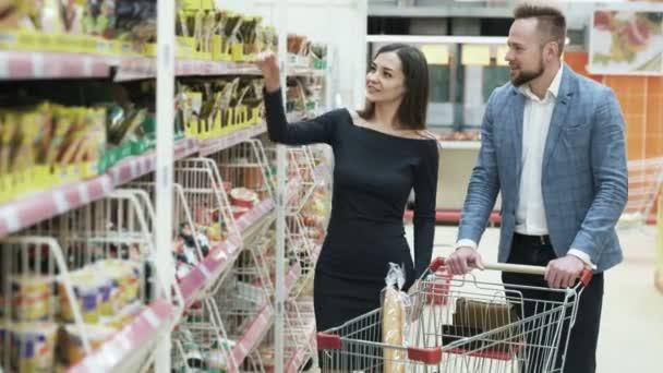 Mladý šťastný pár nakupování v supermarketu