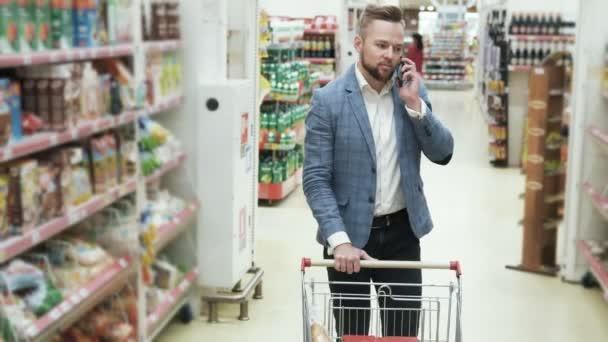 Nakupování v supermarketu a mluví o telefonu, steadicam zastřelil