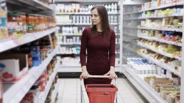 Donna attraente shopping al supermercato, steadicam shot.