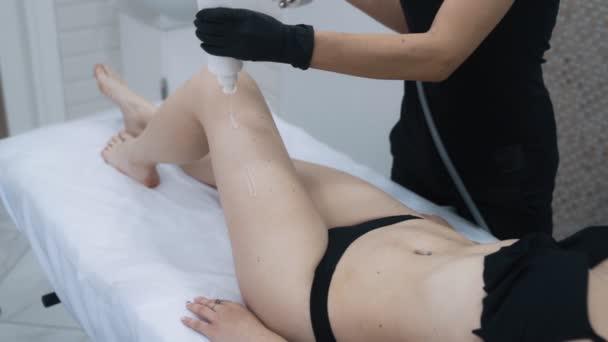 Beauticijské ruce Nanou na boky ženy speciální gel před zdviháním, pomalý pohyb