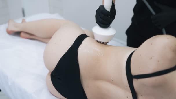 Da vicino, parte del corpo femminile durante la procedura di sollevamento rf in clinica, al rallentatore