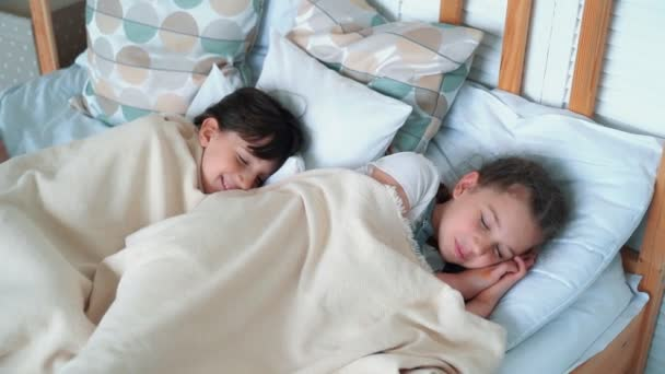 Két kis aranyos lány az ágyban fekszik, aludni, pihenés, lassított