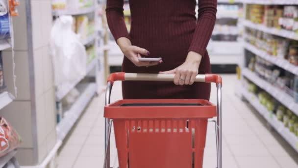 V obchodní podlaze supermarketů a používání telefonu
