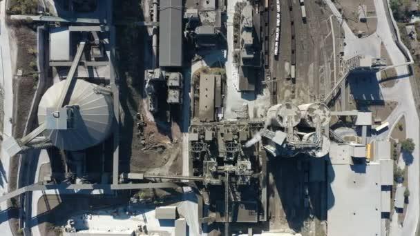 Letecký pohled na průmyslový závod na výrobu betonu na venkově, pohled shora