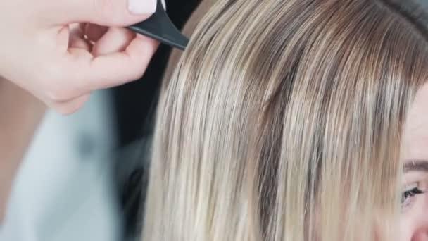 Zblízka brilantní a hedvábné vlasy po ošetření, péče postupy, zpomalení
