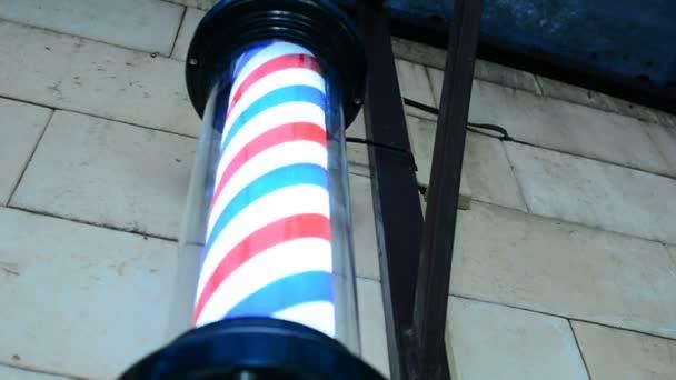 Pole forgó falra, fodrászat, fodrász. Borbély pole spinning a fodrászatban. Vintage fodrászatban és fodrász szimbólum. A fodrászatban forgó hagyományos fodrász pole