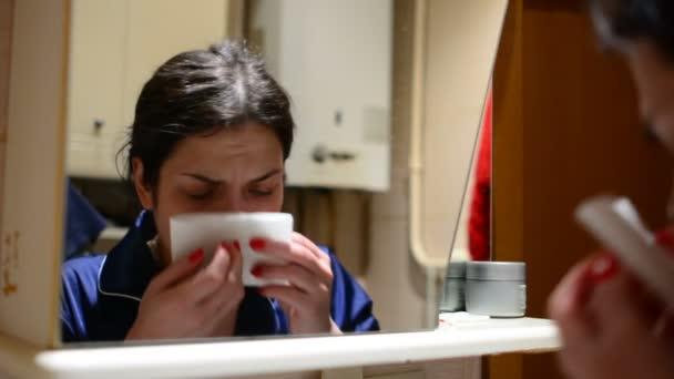 Žena trpí rýma, snížení imunity s nástupem chladného
