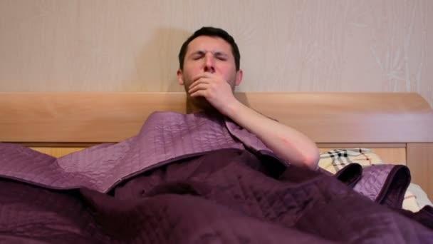 Kranke kranke kaukasischen Mann Husten im Bett