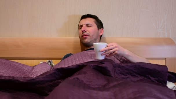 Kranke kranke kaukasischen Mann Husten im Bett.