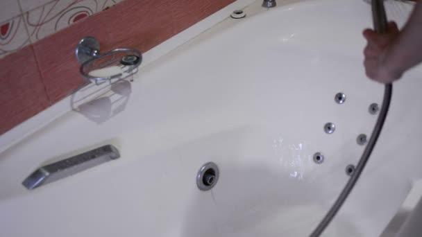 Tiszta, a fürdőszoba tisztító egy kék és egy ecset. A tisztítási vállalat alkalmazottja megkezdi a fürdőszobában.