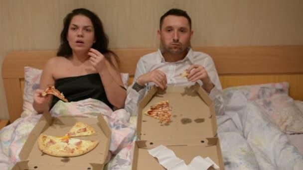 Pár ágyban enni pizza futár