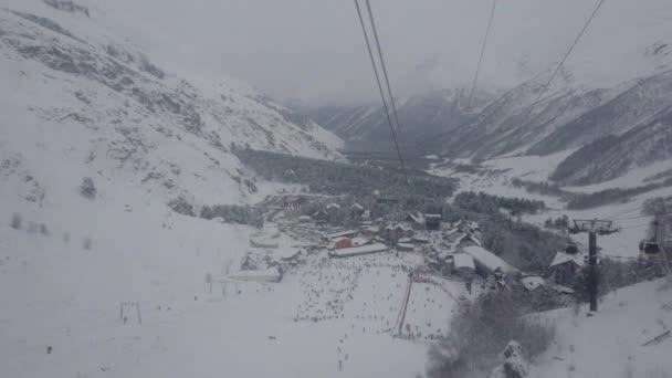 Snowboardista, pohybující se na horu s sedačkové lanovky