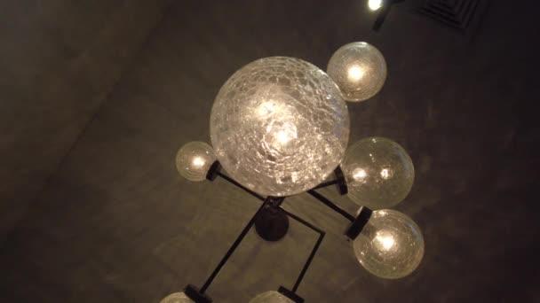 Dekorativní osvětlení žárovky, zavěšení na strop. Zářící světlo z lampy vintage žárovky. Starožitný wolframové světlo lampy na stropě v temné místnosti. Osvětlení interiéru. Retro lustr výzdoba