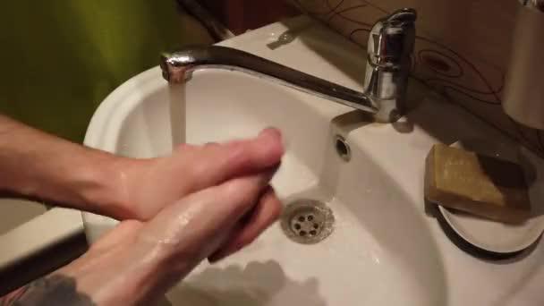 Muž mytí rukou v koupelně umyvadlo s mýdlem