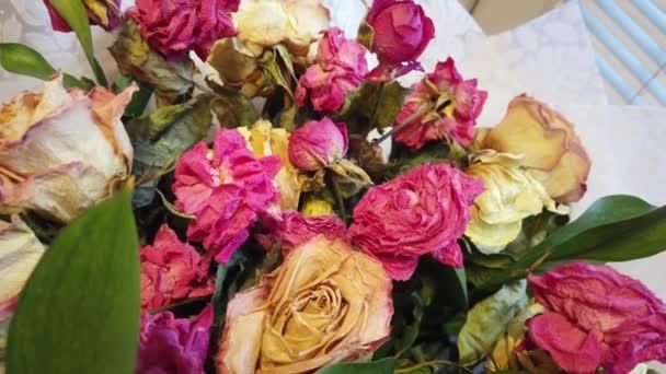 Zvadlých svěšené kytice květin ve váze doma