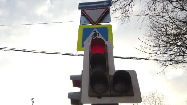 Semafor svítí červeně, žlutá, zelená a zelená šipka. Podepište se, chodci. Přepínám semafor. Doprava ve velkém městě