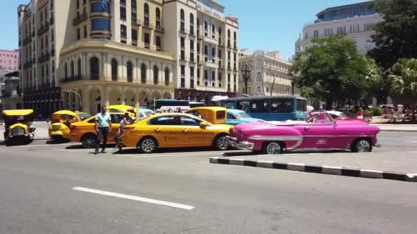 Havana, Kuba-duben 2019: Havana je populární turistická destinace. Staré ulice v Havaně. Klasické americké ročník retro kubánské automobily, které se řídí ulicí Havana City na Kubě.