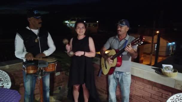 Trinidad, Kuba-duben 2019: kubánské hudebníci provádějí v restauraci nebo kavárně.