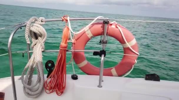 rote Rettungsboje über blauem ruhigem Meerwasserhintergrund. Rettungsring auf dem Boot