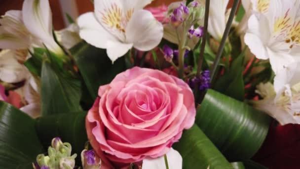 Gyönyörű csokor virágot. Több színű virágok közelről. Ünnepi hangulat.