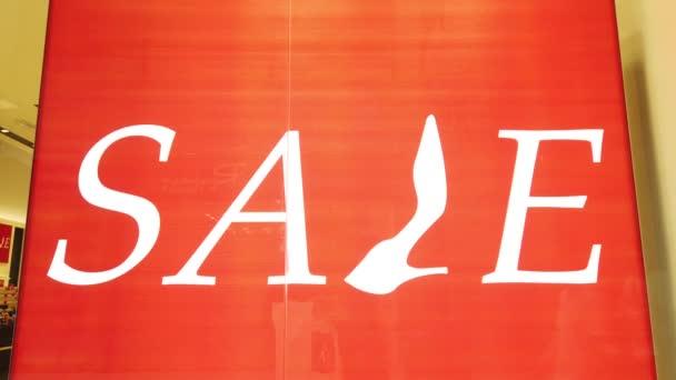 Bannery se slevou na prodej v obchodě. Zásoby v obchodě, transparenty se zájmem o prodej