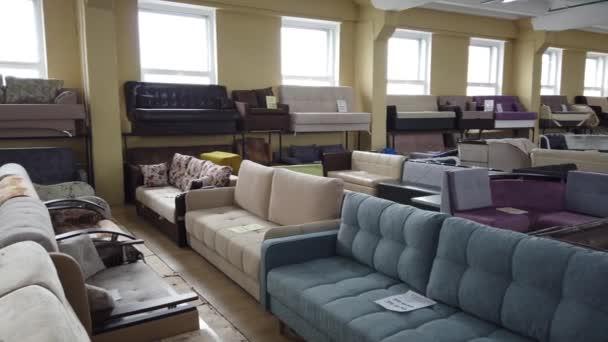 05. ZÁŘÍ 2020, MOSKVA, RUSKO: Obchod s nábytkem, výstava pohovek a kuchyňského nábytku