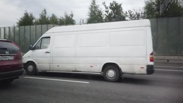 05. ZÁŘÍ 2020, MOSKVA, RUSKO: Pohled z postranního okna vozu jedoucího po vysokorychlostní trati