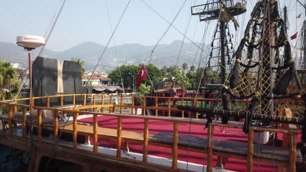 Na palubě plachetnice, dívajíc se na hlavní stěžeň a lanoví.