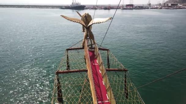Vorderseite eines alten Piratenschiffs Nase mit einem Löwen mit Flügeln auf der Nase