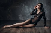 Fotografia bella sexy giovane donna bionda che posa in lingerie di pizzo nero