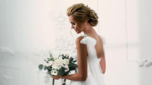 gyönyörű szexi szőke menyasszony, esküvői ruha a férje pózol
