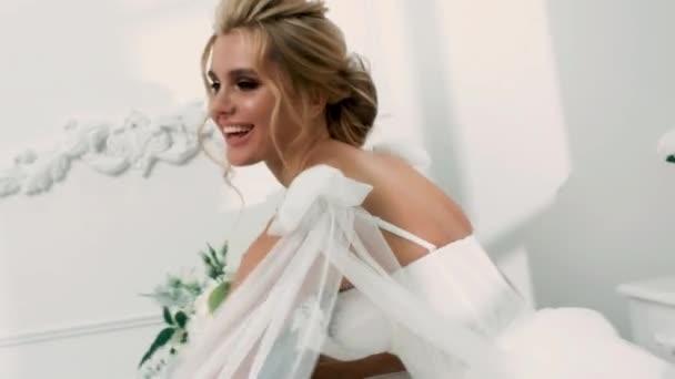 krásné sexy blonde nevěsta pózuje ve svatebních šatech se svým manželem