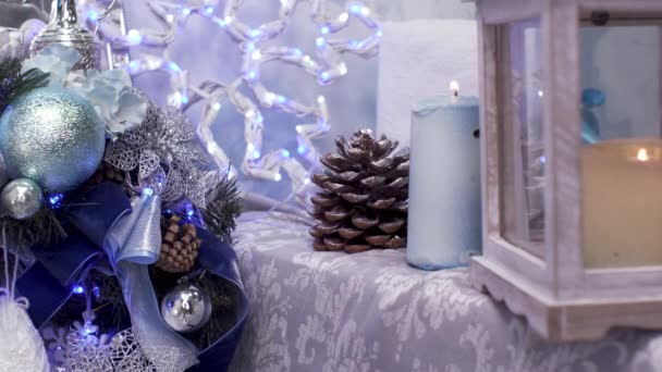 Weihnachtsspielzeug am Winterbaum. frohes neues Jahr
