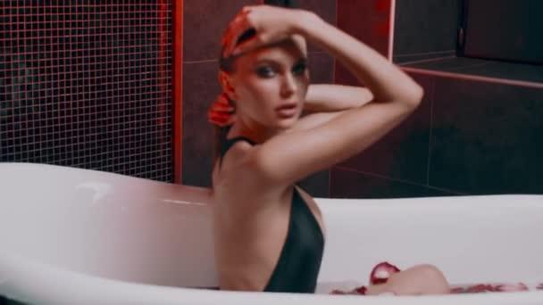 Krásná sexy mladá blond žena v lázni s růží