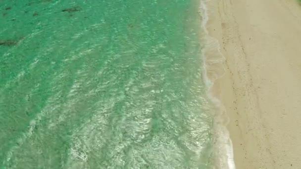Óceán hullámokkal és homokos stranddal