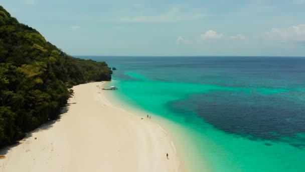 Pláž Puka Shell. Široká tropická pláž s bílým pískem. Krásná bílá pláž a azurová voda na ostrově Boracay na Filipínách, pohled shora.