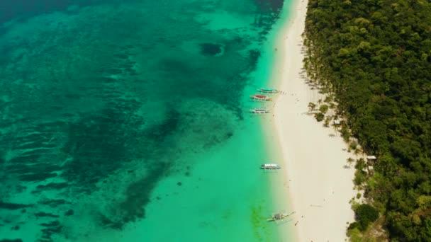 Puka Shell Beach. Széles trópusi strand, fehér homokkal. Gyönyörű fehér tengerpart és azúrkék víz a Boracay Island, Fülöp-szigetek, felülnézet.