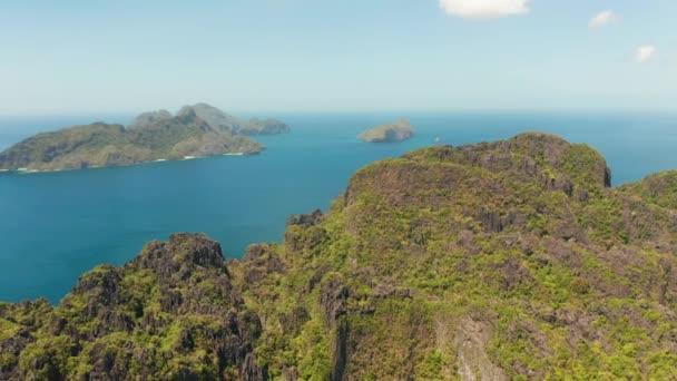 Seascape a trópusi szigetekre. Sziklás-szigetek fehér homokos tengerpartok.