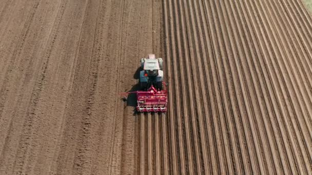Vlečný paprsek na pole, pohled shora. Zemědělská oblast pro výsadbu zeleniny.
