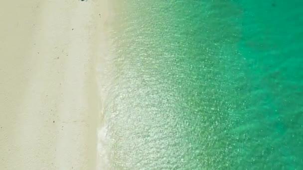 Trópusi part. Óceánhullám háttér. Fehér homok és kristálykék tenger. Nyári tengeri vakáció. Trópusi strand víz háttér, kilátás felülről